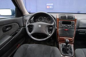 Drewniana okleina, szerokie siedzenia, automatyczna klimatyzacja – luksusowa kabina z lat 90. /Motor
