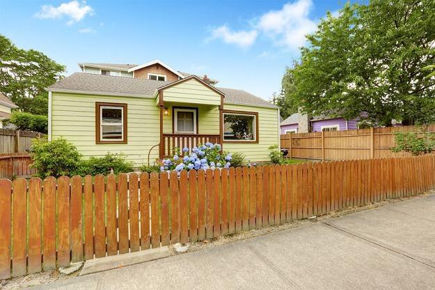 Drewniane domy mają liczne zalety i z powodzeniem pełnią rolę budynków całorocznych /©123RF/PICSEL