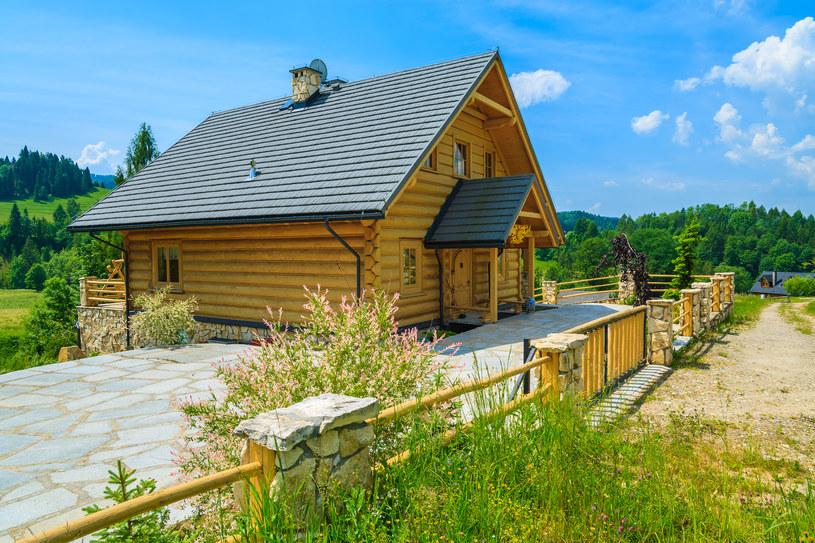 Drewniane domy są zdecydowanie bardziej energooszczędne od swoich murowanych konkurentów /123RF/PICSEL
