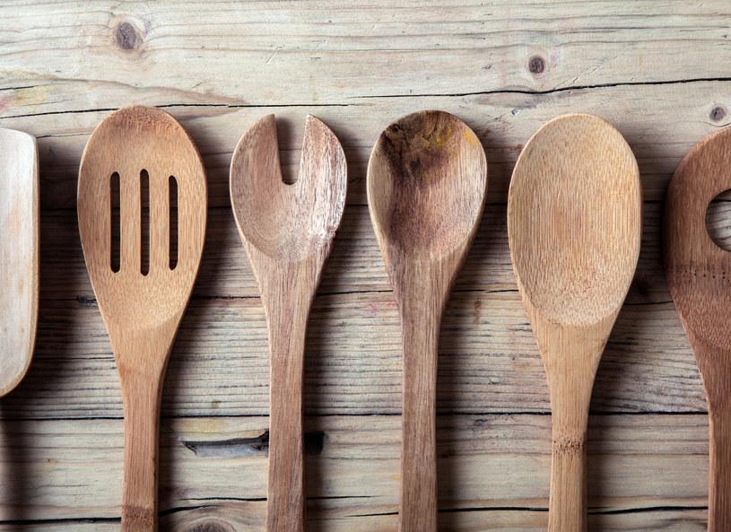 Drewniane łyżki wyczyścisz sodą oczyszczoną /123RF/PICSEL