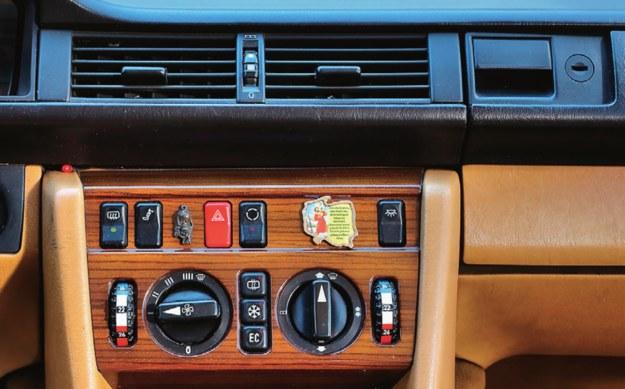 Drewniane panele dekoracyjne do popularnego Mercedesa W124 są wyceniane na przeszło 500 zł. /Motor