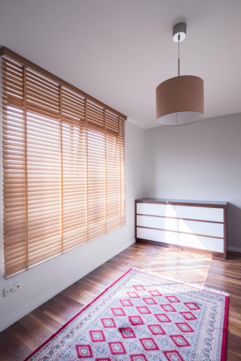 Drewniane żaluzje pasują do każdego wnętrza. Są eleganckie, odporne na zmiany temperatur i promienie UV /123RF/PICSEL