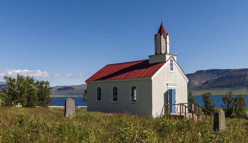 Drewniany kościół w Hrafnseyri /123RF/PICSEL