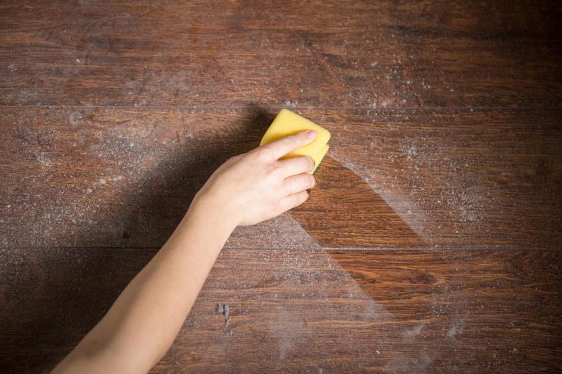 Drewno można wyczyścić... pastą do butów /123RF/PICSEL