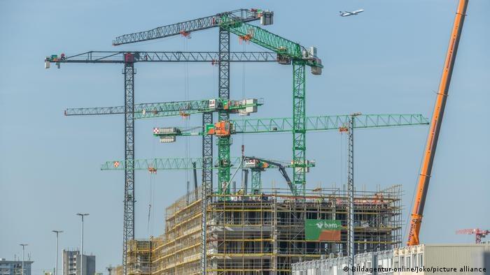 Drewno, stal i materiały izolacyjne są coraz trudniejsze do zdobycia i coraz droższe /Deutsche Welle