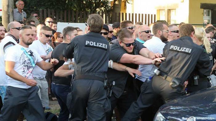 Drezdeńska policja stara się rozdzielić demonstrantów z obu zwaśnionych obozów /Deutsche Welle