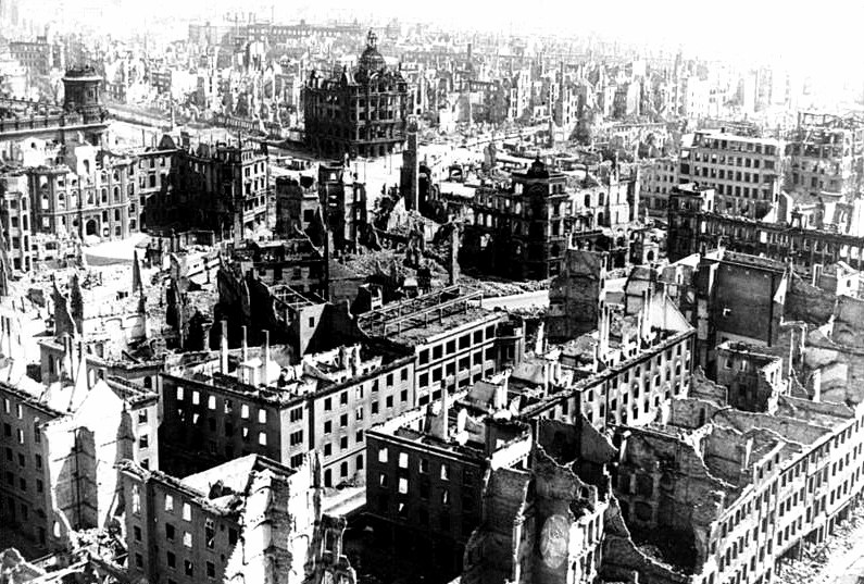 Drezno po wielkich nalotach alianckich w lutym 1945 roku. Czy w dniu bombardowania Wielunia ktokolwiek w Niemczech przypuszczał, że los tego polskiego miasta stanie się udziałem większości metropolii III Rzeszy? /Odkrywca