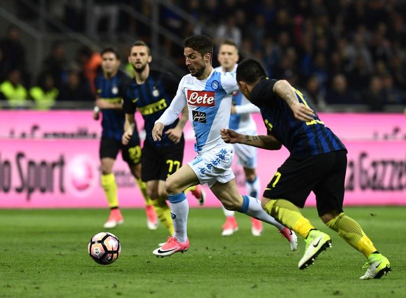 Dries Mertens (w środku) prowadzi piłkę na murawie Stadio Giuseppe Meazza /AFP