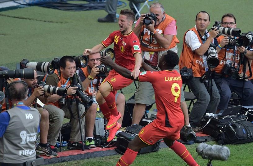 Dries Mertens (z lewej) cieszy się po strzeleniu gola dla Belgów /AFP