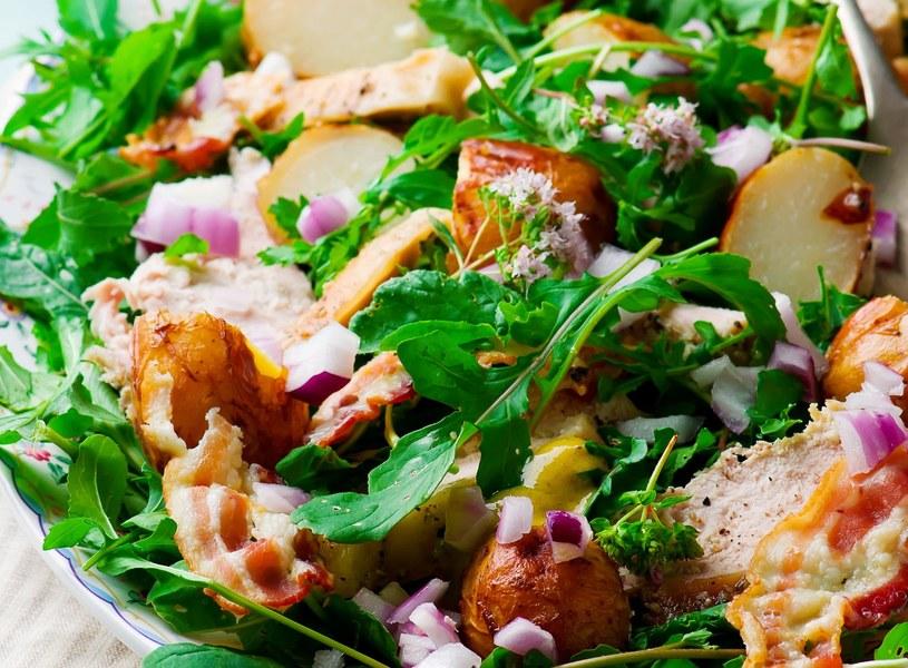 Drobiowa sałatka z ziemniakami na liściach rukoli /123RF/PICSEL