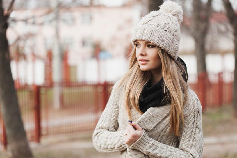 Drobne włosy, najbardziej narażone na działanie wełny, stają się kruche /123RF/PICSEL