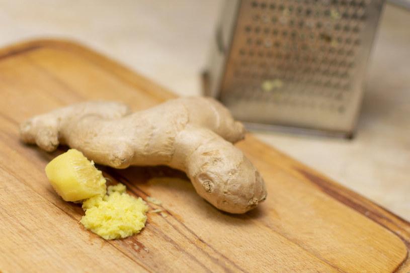 Drobno starty korzeń imbiru możemy dodawać do sałatek, kanapek, dań mięsnych i makaronów /123RF/PICSEL