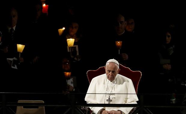 """Droga Krzyżowa w Koloseum. Papież Franciszek o """"wszystkich krzyżach świata"""""""