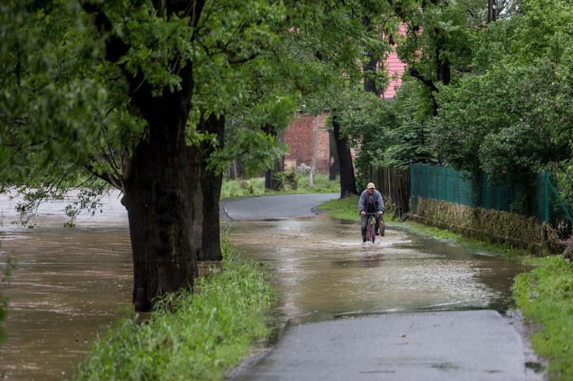 Droga podtopiona przez rzekę Bóbr w Marciszowie /Maciej Kulczyński /PAP
