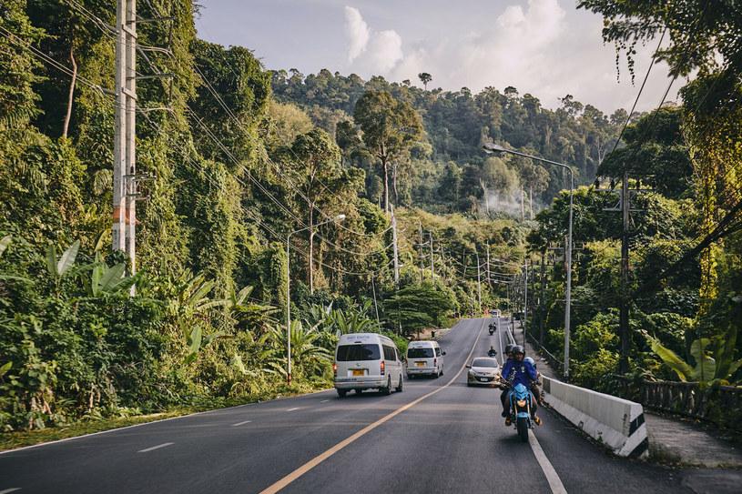 Droga przez miasto w Khao Lak /Fot. Andrzej Stawinski/REPORTER /East News