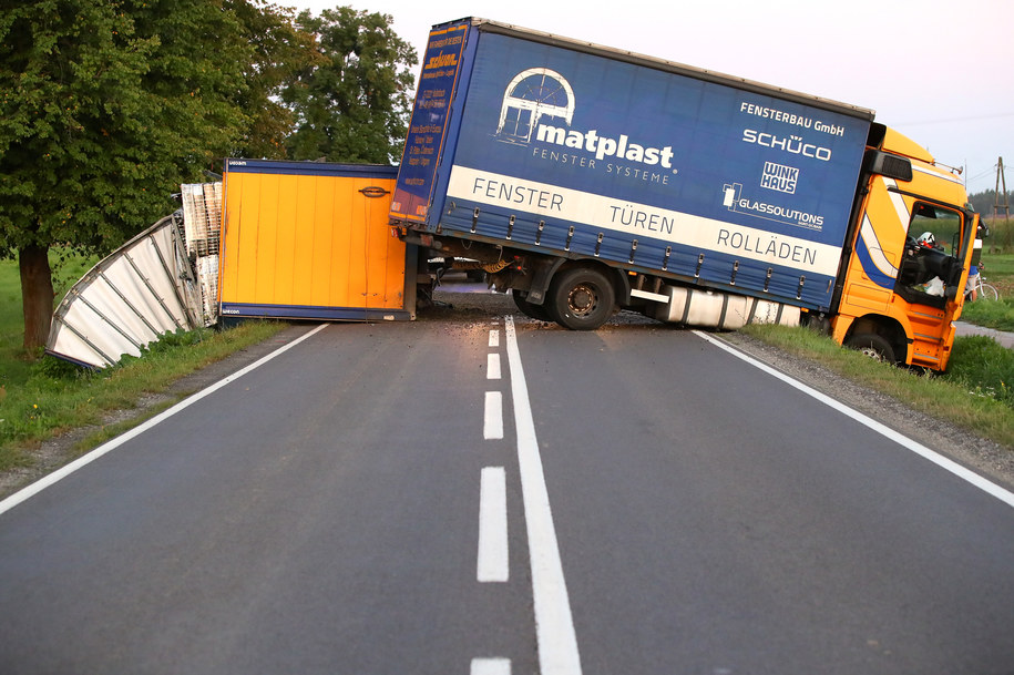 Droga zablokowana przez ciężarówkę /Fot. Stalowka.NET / Jacek Rodecki /