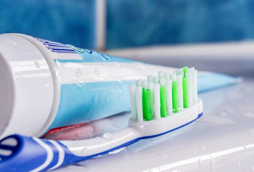 Drogeryjne pasty nie wybielą zębów, mogą je jedynie rozjaśnić o 1-2 odcienie /123RF/PICSEL