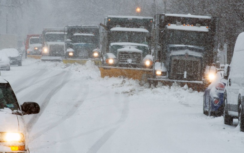 Drogi na wschodnim wybrzeżu USA są zakorkowane w związku z kolejnym atakiem zimy /AFP