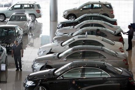 Drogie auta szybciej tracą na wartości /AFP
