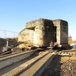 Drogowcy przenoszą 150-tonowy bunkier z czasów II wojny światowej