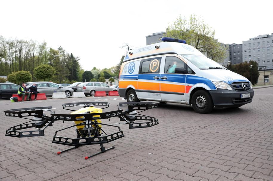 Dron przed szpitalem MSWiA na ulicy Wołoskiej w Warszawie / Leszek Szymański    /PAP