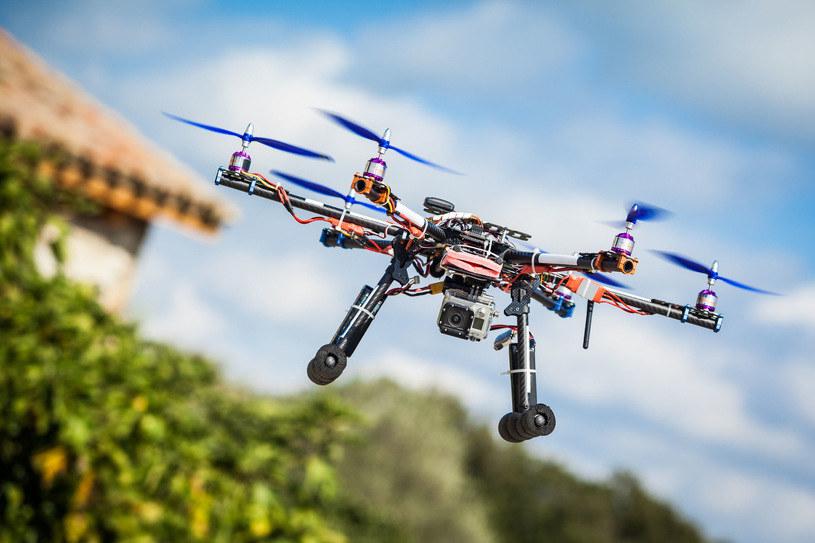 Dron to tak naprawdę latający komputer, w związku z tym może być zhakowany /123RF/PICSEL