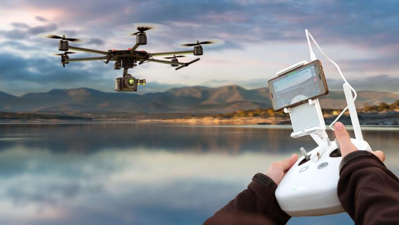 Dron zastąpił helikopter z zamontowaną kamerą /123RF/PICSEL