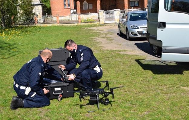 Drona obsługuje dwóch policjantów /KWP Radom /Policja