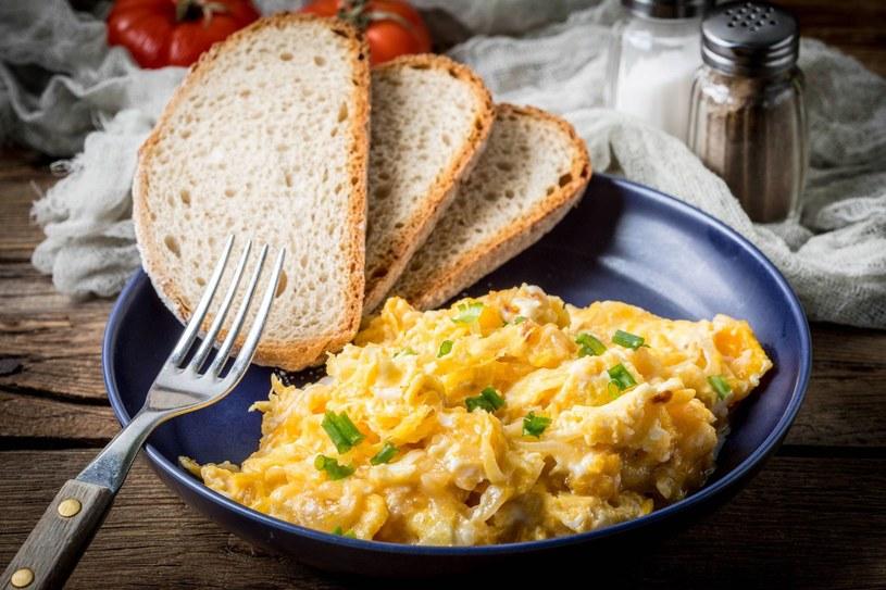 Drożdże odżywcze są świetnym dodatkiem do jajecznicy /123RF/PICSEL