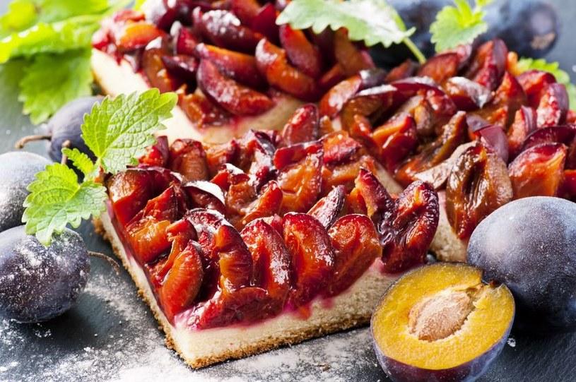 Drożdzowe ciasto z węgierkami /123RF/PICSEL