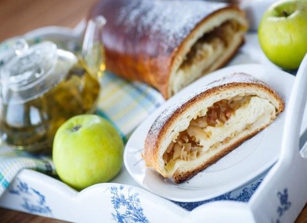Drożdżowiec z jabłkami - pomysł na smaczny podwieczorek /123RF/PICSEL