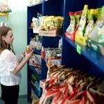 Drożdżówki, chipsy i batony - to wciąż mogą kupić dzieci w szkołach