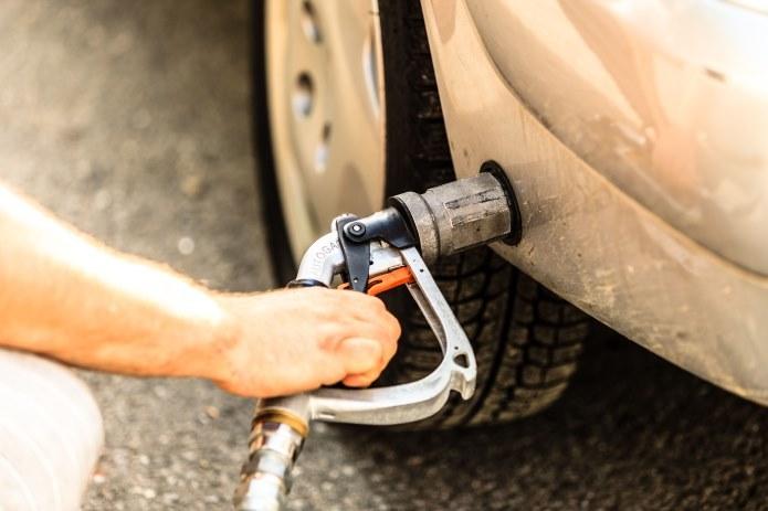 Drożejące paliwa sprawiają, że kierowcy coraz chętniej zwracają się ku instalacjom LPG. /123RF/PICSEL
