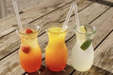 Droższe napoje słodzone i małpki. Rząd chce obłożyć je wyższym podatkiem
