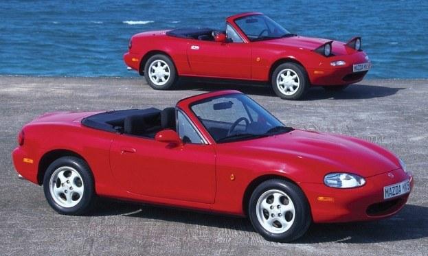 Drugą generację MX-5 (oznaczenie NB) zaprezentowano w 1998 roku. Pod maską - jednostki 1.6 i 1.8 (110-146 KM) oraz wersja Mazdaspeed z silnikiem 1.8 turbo (182 KM). /Mazda