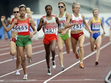 Druga z prawej biegnie Lidia Chojecka /AFP