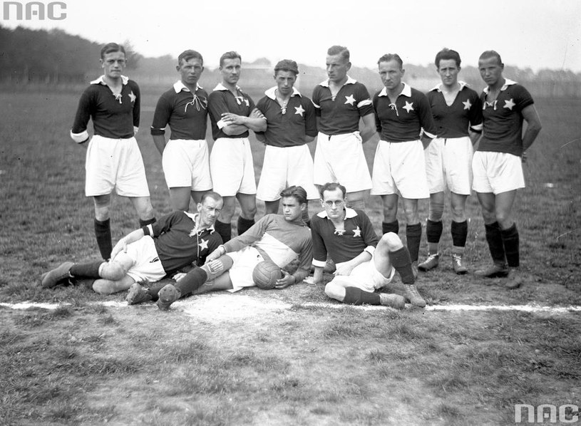 Drużyna piłkarska Wisły Kraków w 1926 roku (Henryk Reyman piąty od lewej w górnym rzędzie) /Z archiwum Narodowego Archiwum Cyfrowego