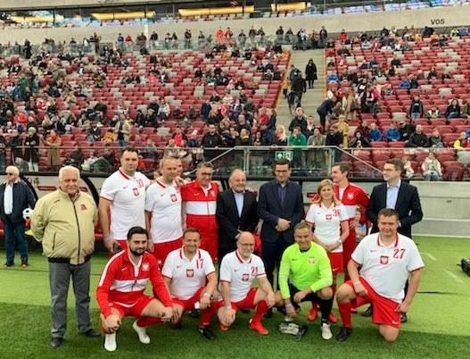 Drużyna polityków przed niedzielnym meczem na Stadionie Narodowym. Towarzyszył im m.in. premier Mateusz Morawiecki /PGE /Twitter