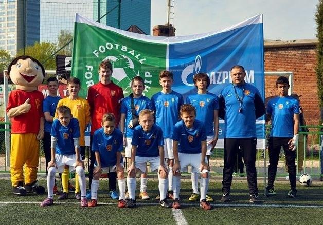 Drużyna UKS Varsovia reprezentująca Polskę w programie Football For Friendship /Informacja prasowa
