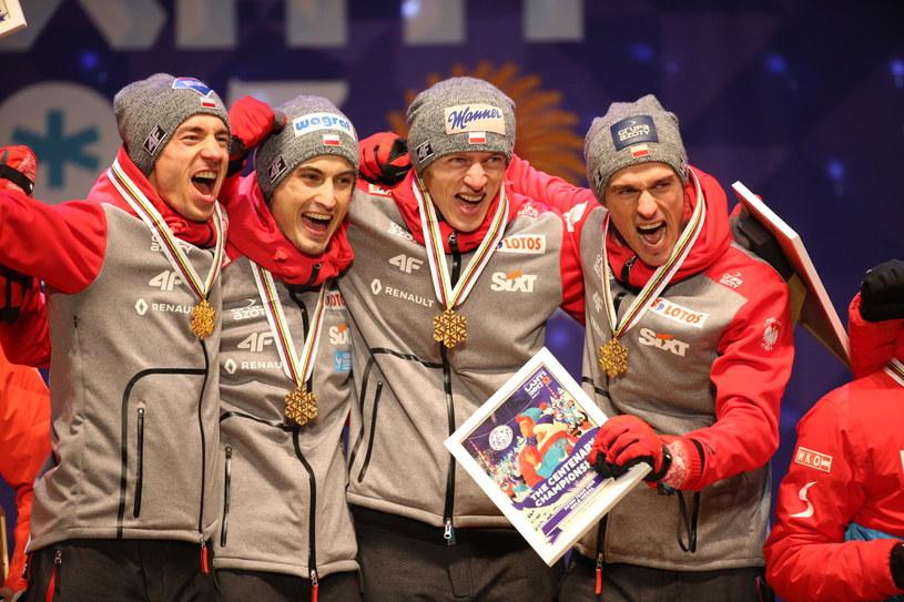 Drużynowi mistrzowie świata w skokach narciarskich na dużej skoczni (od lewej): Kamil Stoch, Maciej Kot, Dawid Kubacki i Piotr Żyła /Grzegorz Momot /PAP