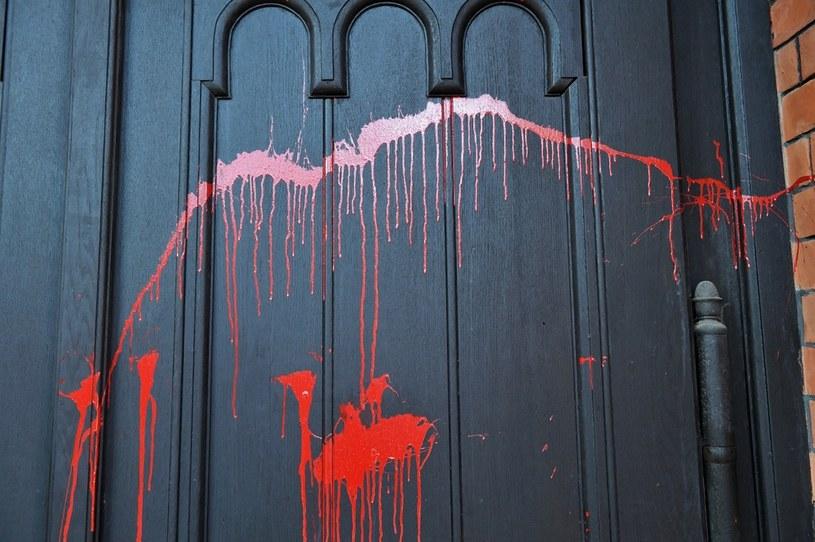 Drzwi kościoła św. Augustyna w Warszawie oblane czerwona farbą / Radek Pietruszka   /PAP
