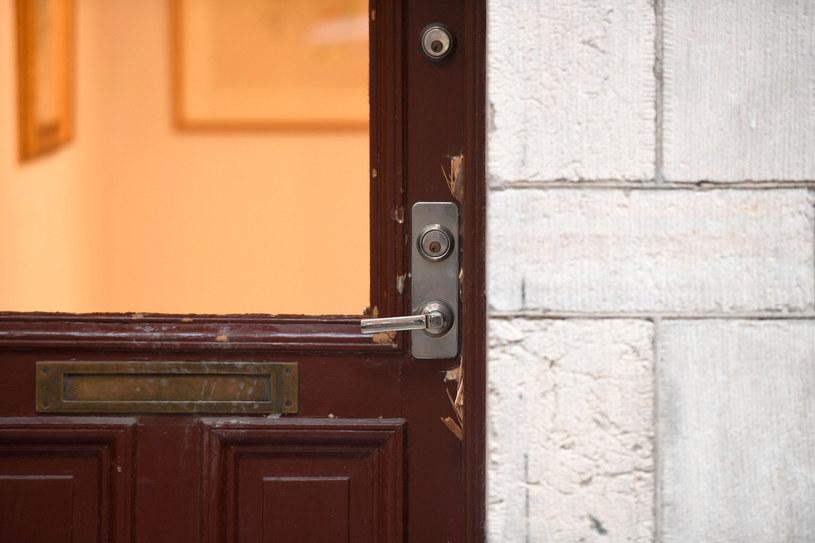 Drzwi wejściowe galerii, w której doszło do włamania /ALI LORESTANI/AFP /East News