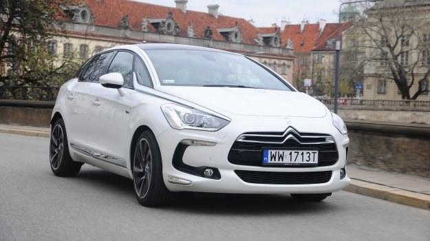 DS5 Hybrid4 jest droższy od słabszej wersji 2.0 HDi 160 KM bez silnika elektrycznego i napędu 4WD o 20 tys. zł. /Motor