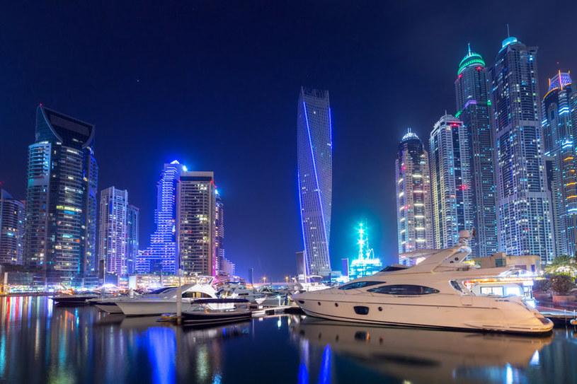 Dubaj nocą wygląda jak miasto ze snu /123RF/PICSEL