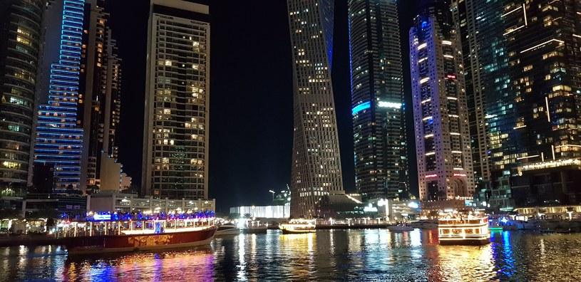 Dubajska marina wieczorem /Styl.pl