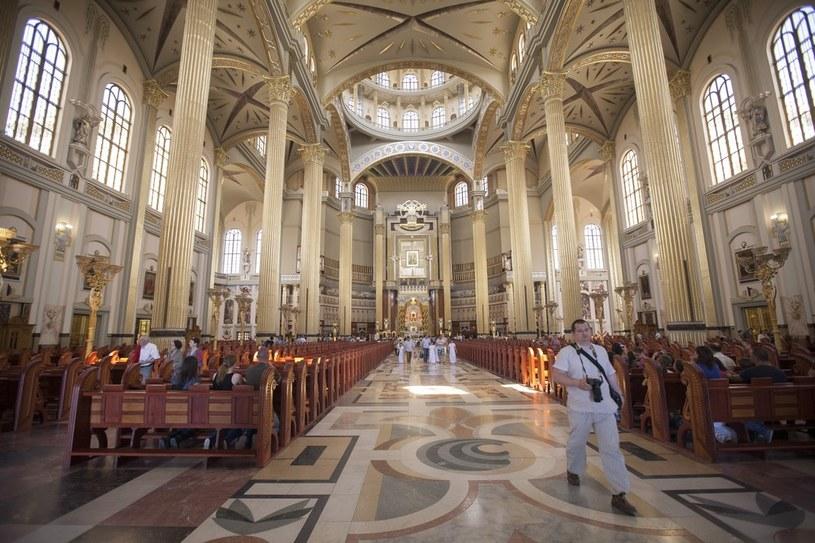 Duchowni chcą przypomnieć, że niedziela powinna być dniem wolnym od pracy /Adam Wysocki /East News