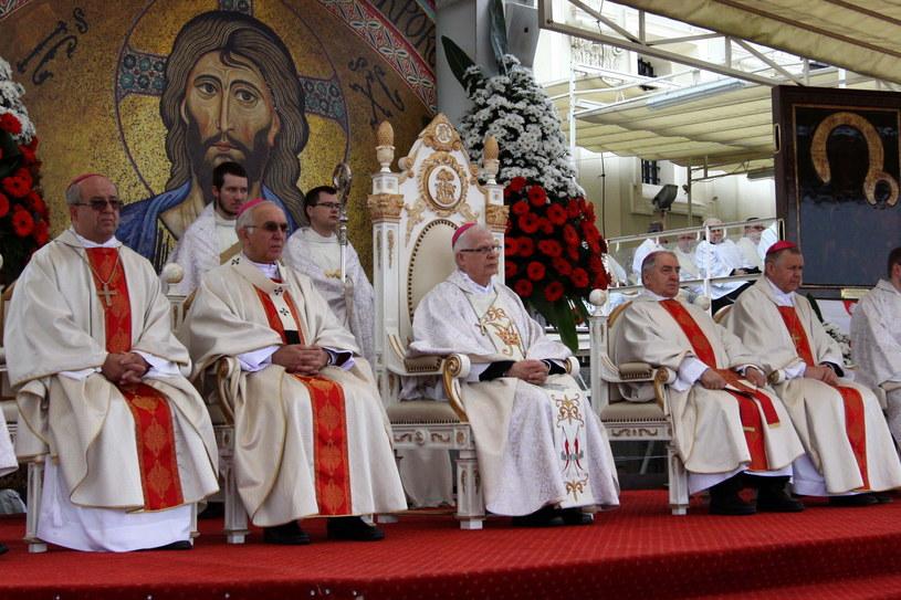 Duchowni podczas mszy św. /Waldemar Deska /PAP