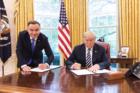 Duda stoi, Trump siedzi. Wpadka Białego Domu?