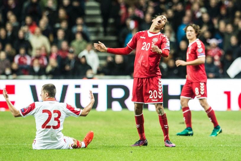 Duńczyk Yussuf Poulsen (w środku) podczas meczu z Czarnogórą /AFP