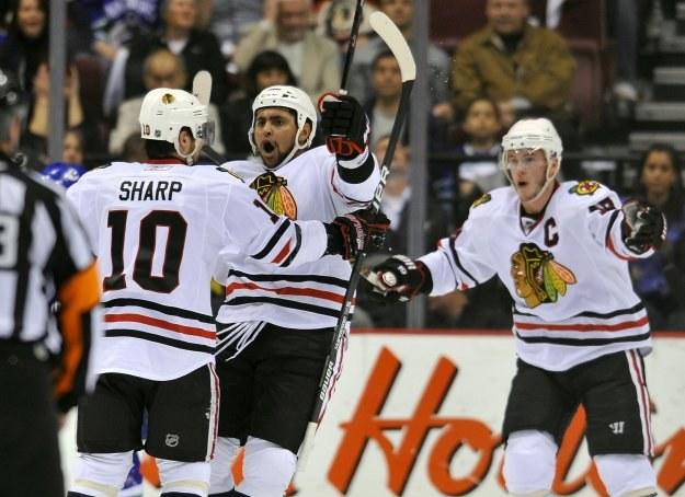 Dustin Byfuglien (w środku) poprowadził Chicago Blackhawks do zwycięstwa z Vancouver Canucks 5-2 /AFP